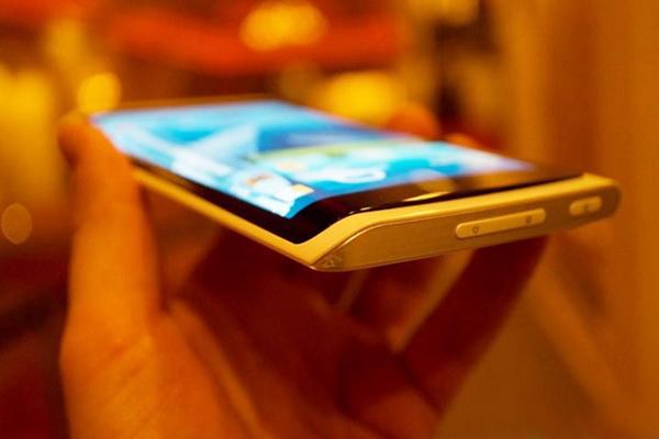 اولین تلفن هوشمند با صفحه نمایش منحنی سامسونگ