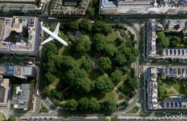 عکسی از گوگل ارث که درست هنگام عبوری هواپیمایی از روی میدان راسل لندن گرفته شده است