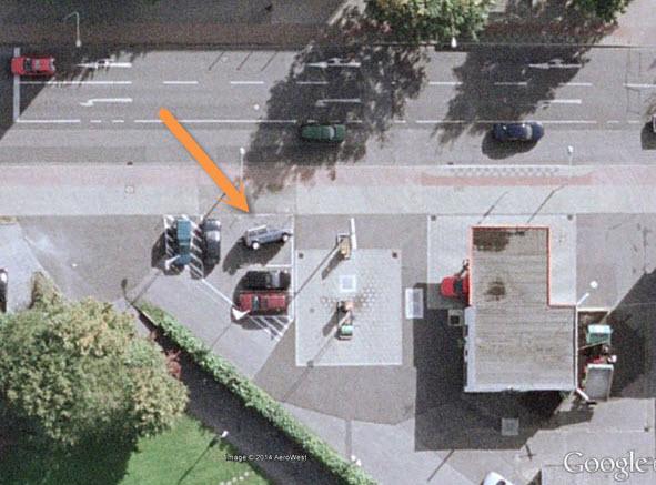 کرفلد آلمان، خودرویی که به پهلو واژگون شده است