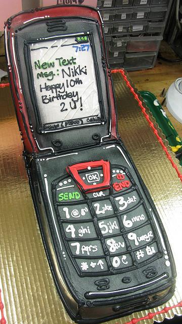 363163-flip-phone-cake