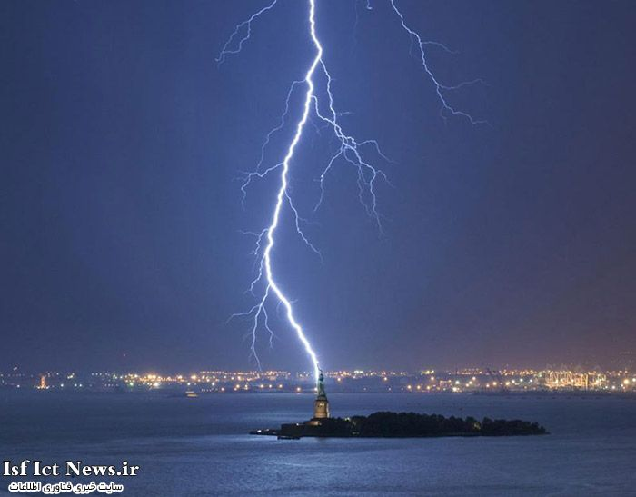 lightning-strikes-statue-of-liberty-perfect-timing-(1)