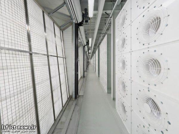 هوای خنک همچنین از طریق تعدادی فیلتر هوا و «اتاقک مه» وارد مرکز می شود؛در این اتاقک ها با استفاده از تعدادی افشانه دما و رطوبت مرکزتعدیل می گردد.