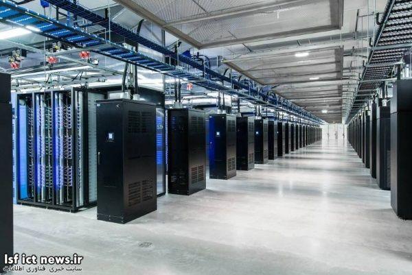فیسبوک سرورها و منابع تغذیه مورد نیازش را مطابق با خواست خود بهینه سازی کرده؛ برای نمونه منابع تغدیه مورد استفاده در این پایگاه ها بدون قطعی یا مجهز به UPS هستند که در صورت قطع شدن جریان اصلی برق، انرژی مورد نیاز دستگاه ها را تامین می کنند. این تصویر بخش داخلی دیتا سنتر این شرکت واقع در Lulwa سوئد را نشان می دهد.