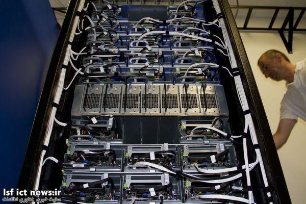 در این تصویر نمای نزدیک تر یکی از سرورهایباز این شرکت را مشاهده می کنید. این قفسه در داخل زیرساخت مرکز یکپارچه سازی شده. فیسبوک فلسفه ای به نام «شبکه متصل به درگاه ها» را در پایگاه های داده ای خود پیاده سازی می کند که در اصل رابطه میان هرقطعه با شبکه برقتعریف شده است.