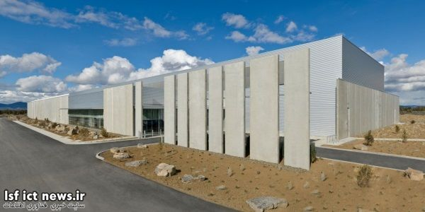 در این تصویر می توانید نمای بیرونی دیتا سنتر فیسبوک در Prineville اورگان را مشاهده نمایید. این تاسیسات در مقایسه با ساختمان قبلی 38 درصد انرژی کمتری مصرف می کند و هزینه ساختش هم 24 درصد پایین تربوده است.