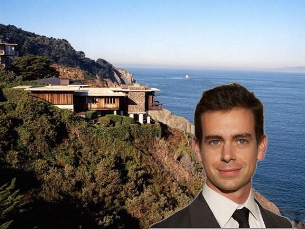 گفته می شود که دورسی مبلغی در حدود 9.9 میلیون دلار را برای خرید خانه ساحلی اش در ال کامینوی دل مار واقع در ساحل اختصاصی Seacliff سانفرانسیسکو صرف کرده است.