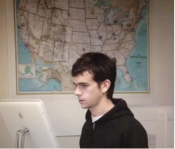 دورسی در دبیرستان بیشاپ دوبرگِ سینت لوئیز درس می خواند که شروع به فراگرفتن برنامه نویسی کرد. او که در آن زمان تنها 15 سال داشت، موفق شد یک نرم افزار ارسال ماشین را طراحی کند که همچنان توسط برخی شرکت های تاکسیرانی آمریکا مورد استفاده قرار می گیرد.